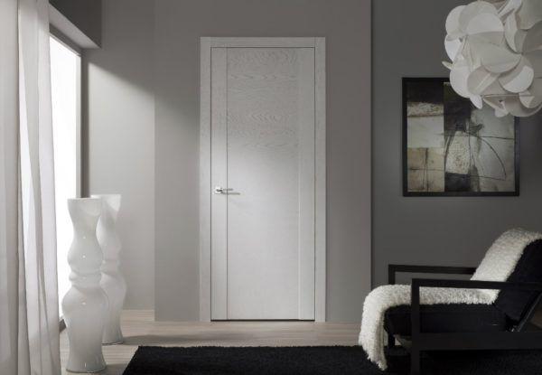 Простая белая дверь в стиле минимализм