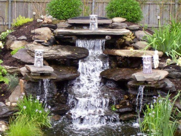 Пруд с водопадом в своём дворе