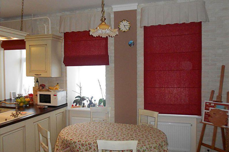Римские шторы красного цвета в интерьере кухни-гостиной