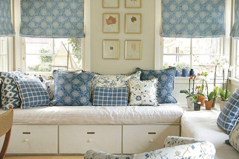 Римские шторы отлично сочетаются с декоративными подушками