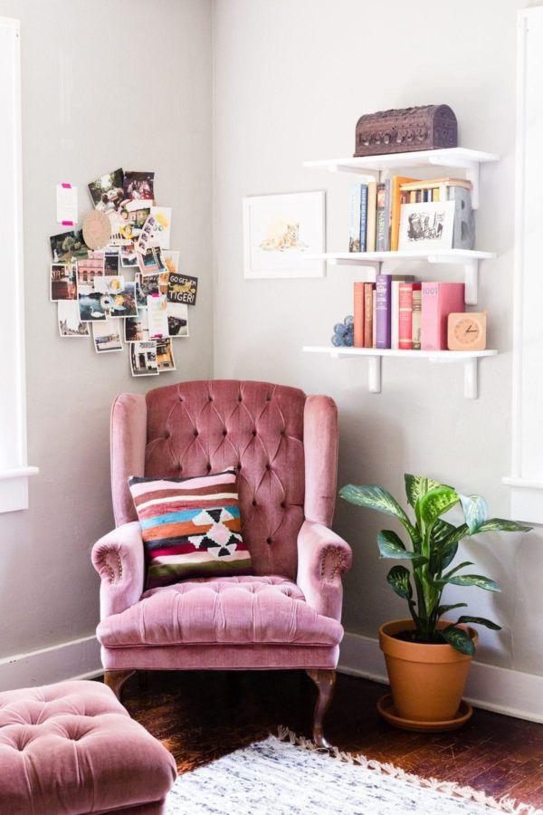 Розовое кресло с высокой спинкой