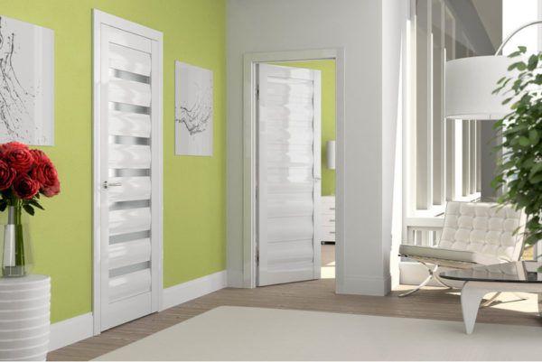 Салатовые стены и белая дверь