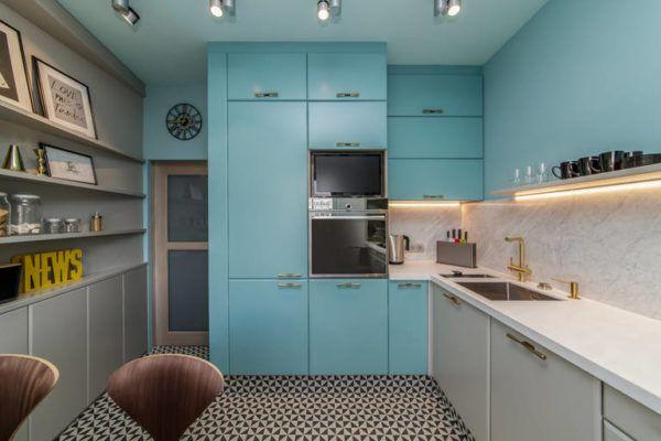 Светлая кухня в советском стиле с использованием элементов декора в стиле хай-тек