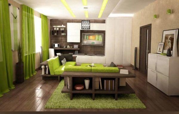 Светло-коричневая гостиная с акцентом зеленого цвета мебели, штор и ковра