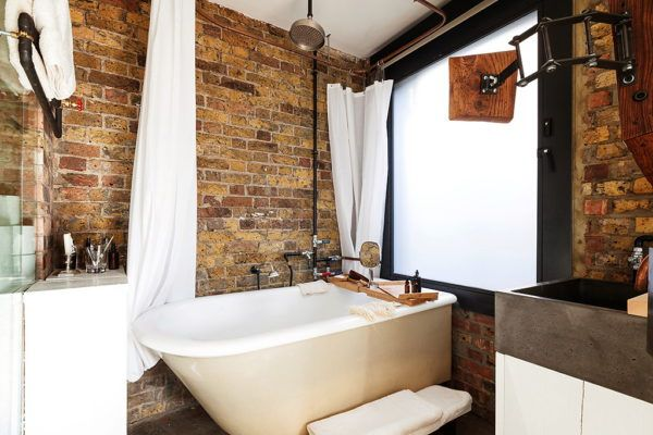 Светлые занавески в ванной
