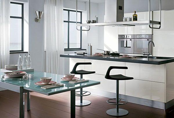 Светлые шторы в кухне