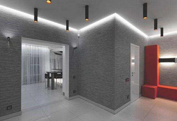 Серый и красный в дизайне просторного коридора