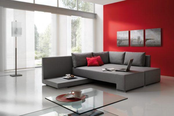 Серый разных оттенков, красная стена и подушки – идеальное сочетание