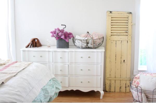 Старинное оформление прикроватной мебели