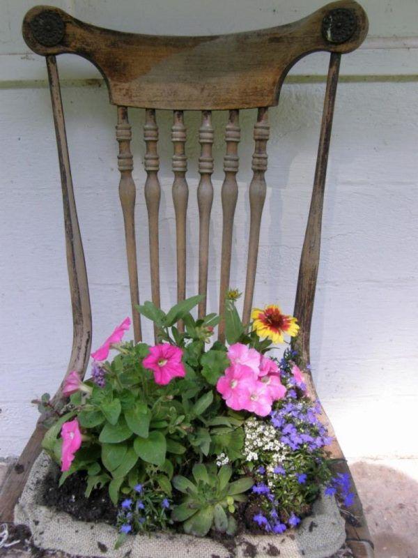 Стул в качестве цветочной клумбы