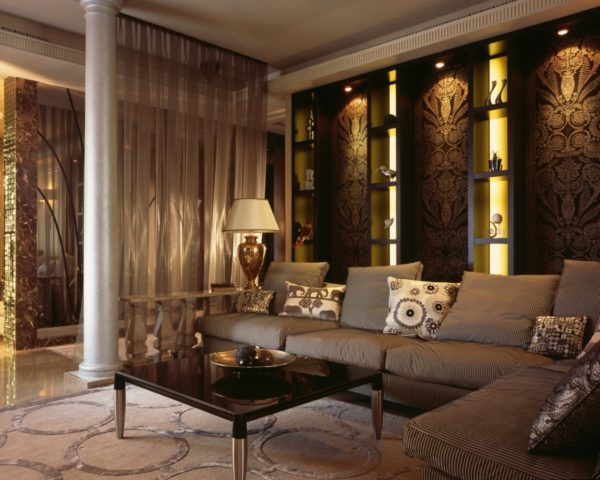 Теплый свет создаст уют в интерьере комнаты стиля Арт-деко даже в солнечный день