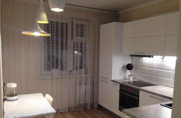 Угловой гарнитур экономит пространство малогабаритной кухни 9 кв. м.