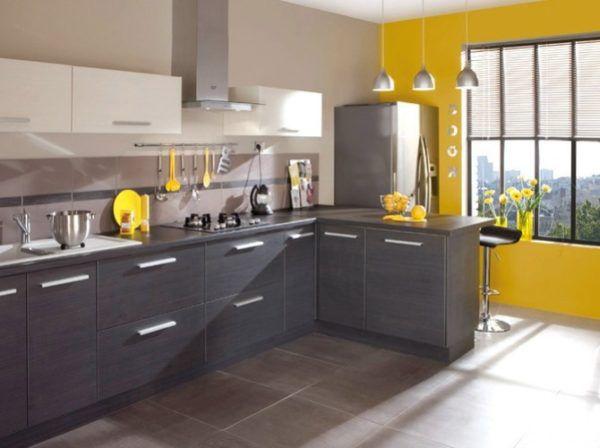 Уютная кухня в серо-желтых тонах