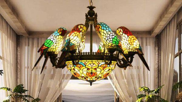 Цветная люстра на тему сафари с попугаями