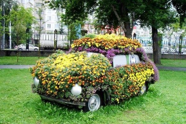 Цветочная клумба из автомобиля