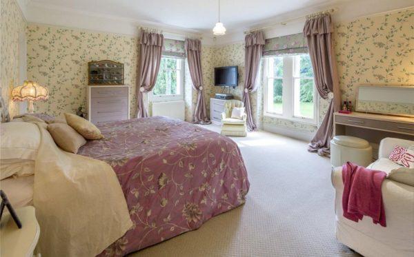 Цветочная спальня с бордовыми тонами