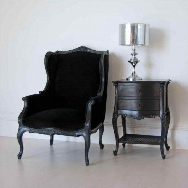 Черное кресло с «крылышками»
