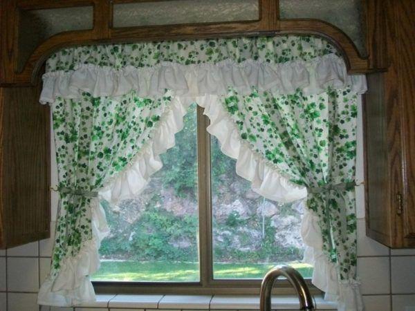 Шторы в стиле прованс с узорами виноградных листьев освежают интерьер в помещении кухни