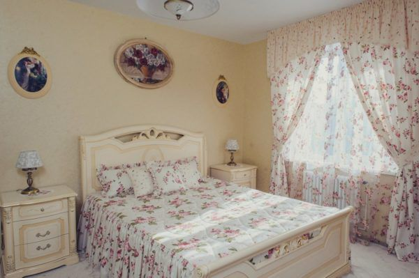 Шторы прованс красиво сочетаются с цветом покрывала и подушек на кровати