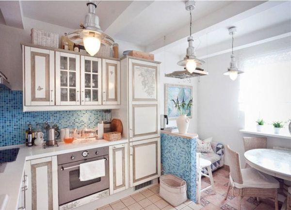 Элементы мозаики и картина освежают интерьер светлой кухни