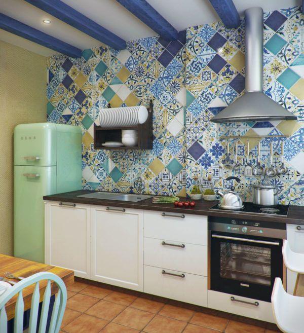 Яркая плитка на стене в кухне