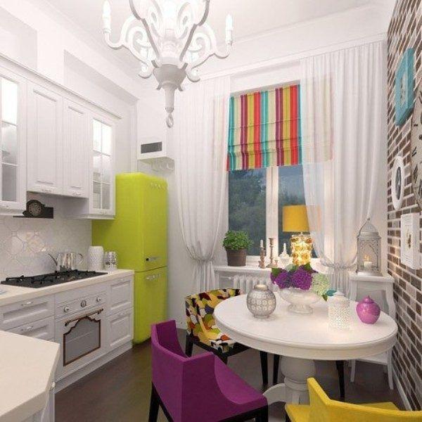 Яркие акценты мебели и декора отлично гармонируют с белым интерьером кухни и оживляют его
