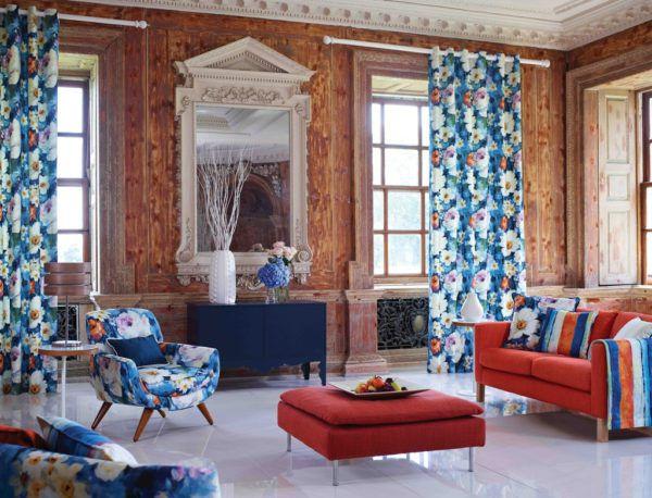 Яркие длинные шторы в гостиной в тон с мебелью и декоративными элементами