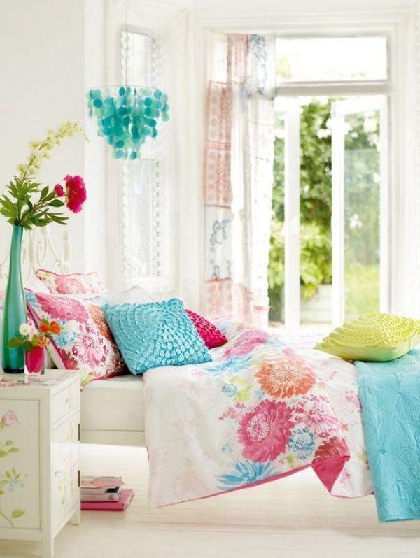 Яркие текстильные элементы в средиземноморском стиле придают комнате уют и комфорт