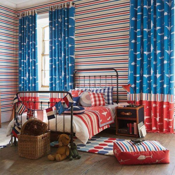 Яркие шторы уменьшают объём маленькой комнаты