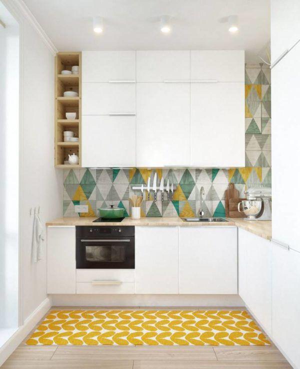 Яркий ковер и яркая плитка освежают интерьер светлой кухни