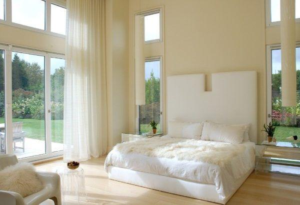 Сочетание белого и бежевого цвета в интерьере спальни