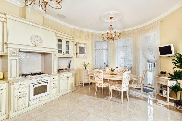Кухня в бежевом цвете, совмещенная с гостиной, менее заметна в общем интерьере