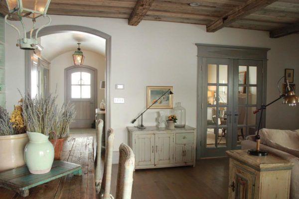 Комната в светлых тонах с деревянными балками