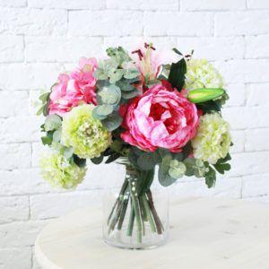 Букет искусственных цветов в вазе