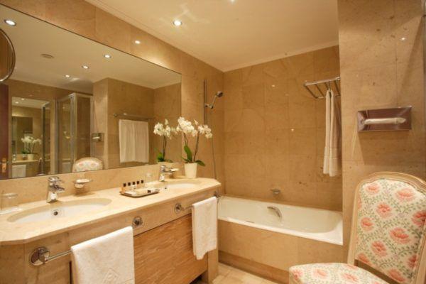 Комбинация светлых и ярких тонов в интерьере ванной