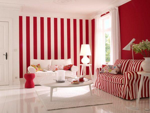 Бело-красная полоска на обоях красиво гармонирует с цветовой гаммой мебели