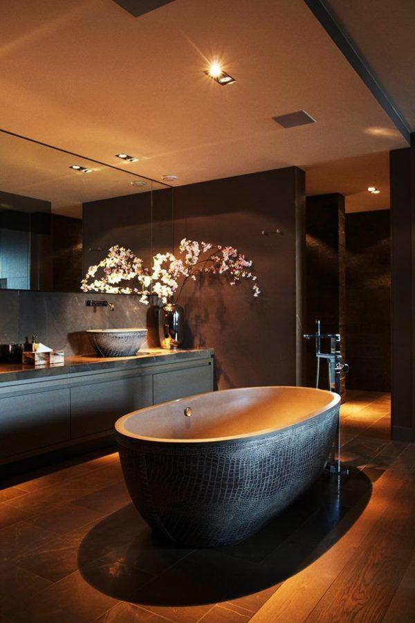 Большая ванная комната в темных тонах с оригинальным дизайном умывальника и ванной