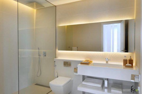 Большое прямоугольное зеркало подходит для ванных с минимумом декора