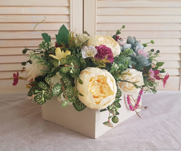 Букет из роз кремового цвета и нежных лилейников