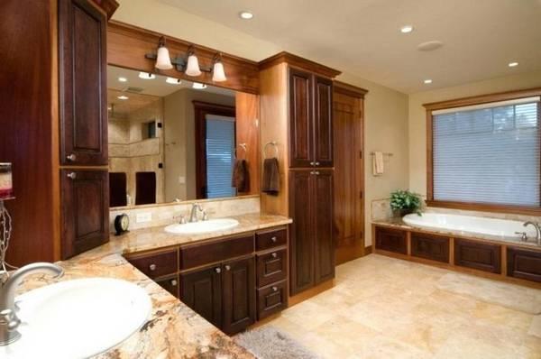 Вариант ванной комнаты с частичной деревянной отделкой и деревянной мебелью