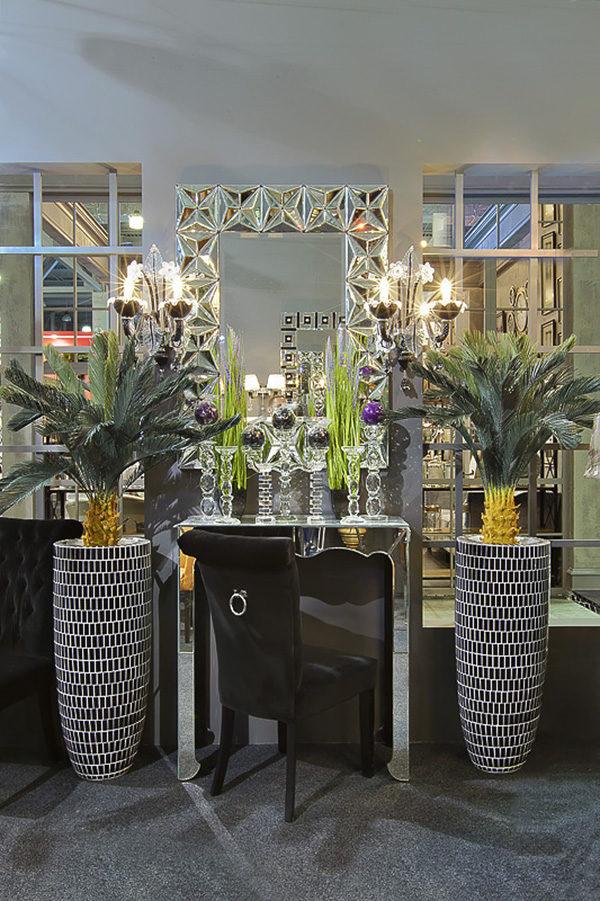 Две импозантных напольных стеллы, служащих подставкой для цветов