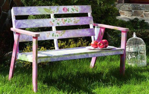 Декорированная скамейка рисунком с цветочным мотивом