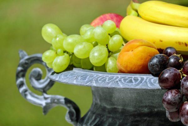 Демонстративная ваза с фруктами