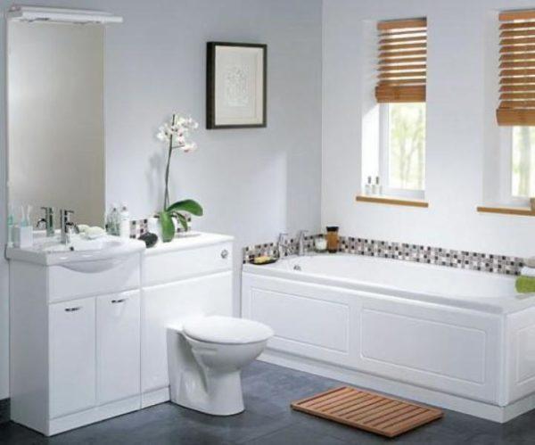 Деревянные жалюзи на маленьких окна в ванной комнате