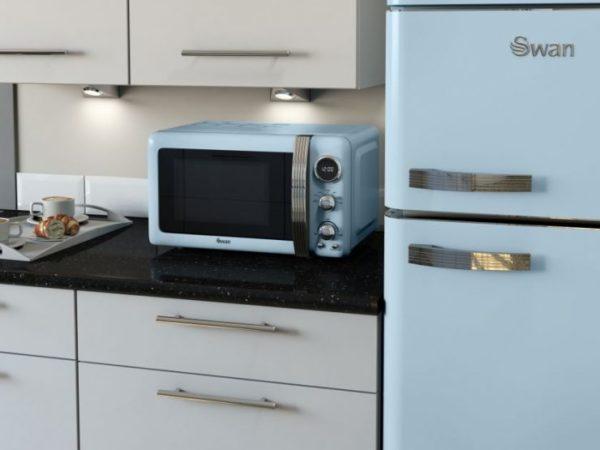 Дизайн микроволновки подходит в тон холодильнику