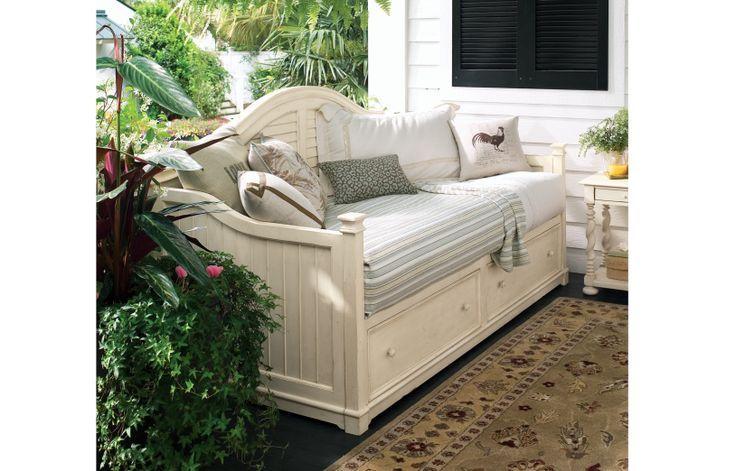 Для дачи можно использовать старый диван или купленный специально для нового интерьера