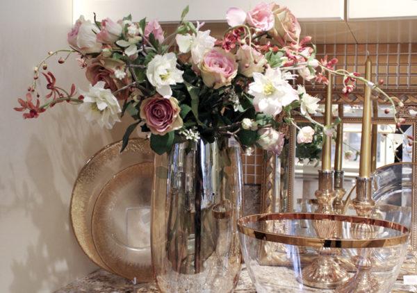 Искусственные цветы в прозрачной вазе