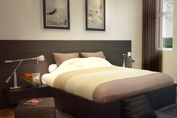 Кровать по центру длинной стены