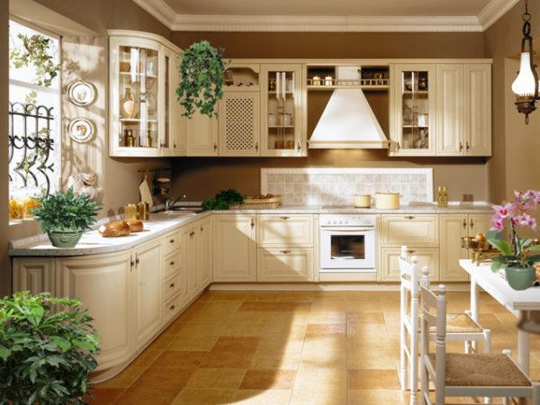 Кухонные полки украшенные вазочками небольших размеров