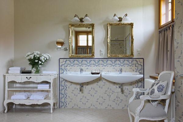 Лаконичный фартук оттеняет стены, но сочетается с цветочными мотивами противоположной стены